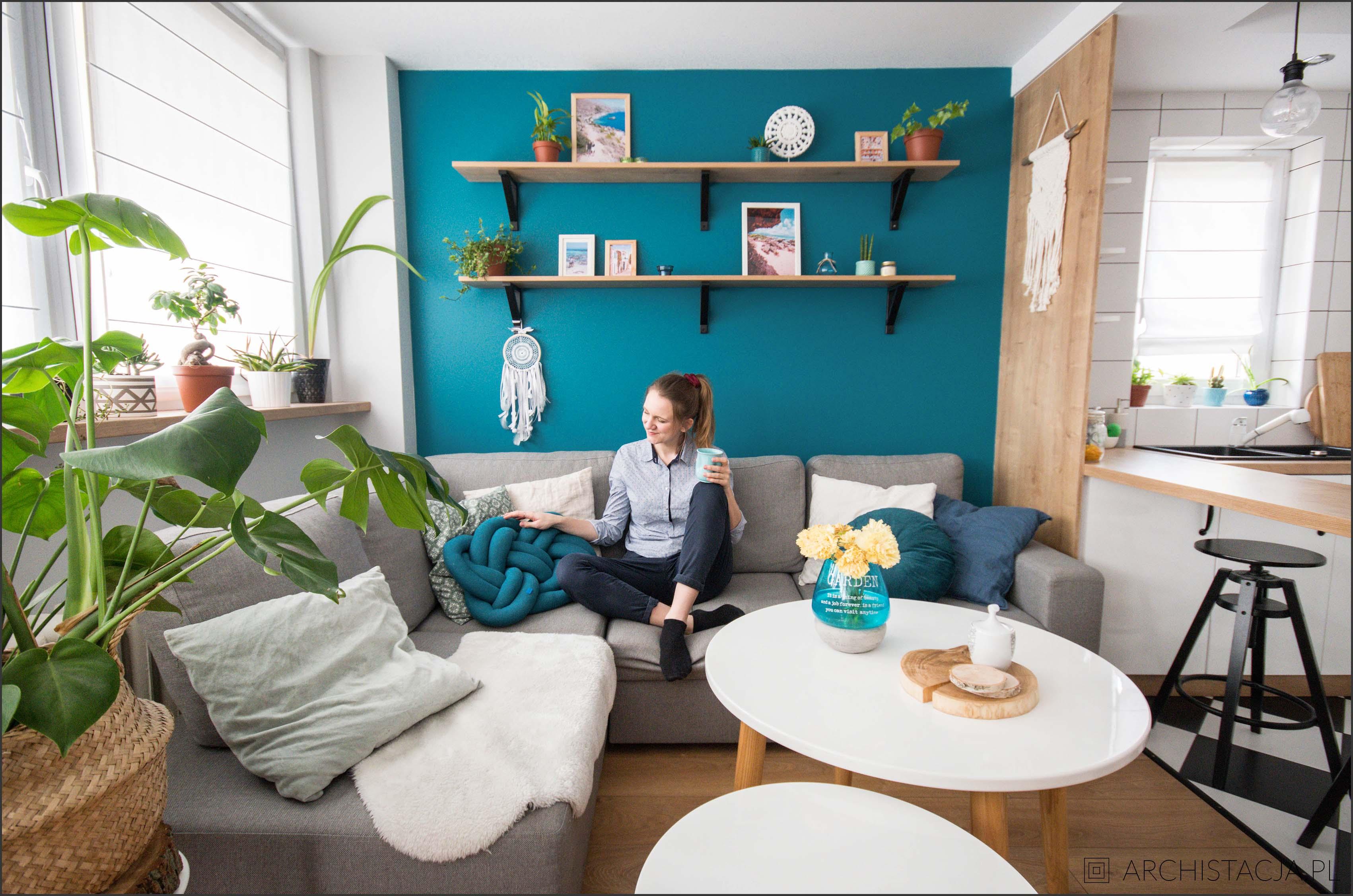 turkusowa ściana w salonie